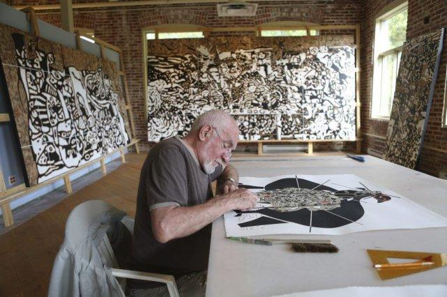 Le sculpteur et peintre René Derouin dans son... (PHOTO MARTIN CHAMBERLAND, LA PRESSE)