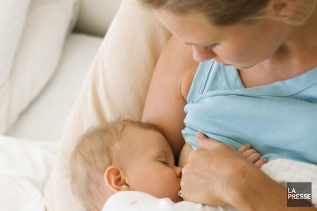 Les nouveau-nés devraient être allaités pour la première fois dans l'heure qui... (Photo archives La Presse)