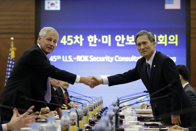 Lesa ministres américain et sud-coréen de la Défense,... (PHOTO LEE JIN-MAN, REUTERS)