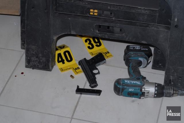 Une des armes abandonnées par les agresseurs au... (PHOTO FOURNIE PAR LA POLICE)