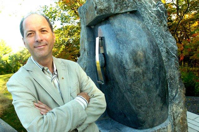 Le Dr Michel L'Heureux devant l'oeuvre du sculpteur... (Le Soleil, Jean-Marie Villeneuve)