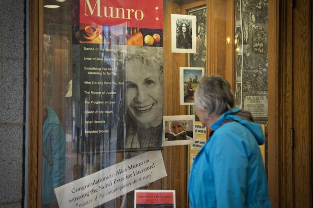 Une affiche soulignant le prix Nobel d'Alice Munro... (Photo: archives Reuters)