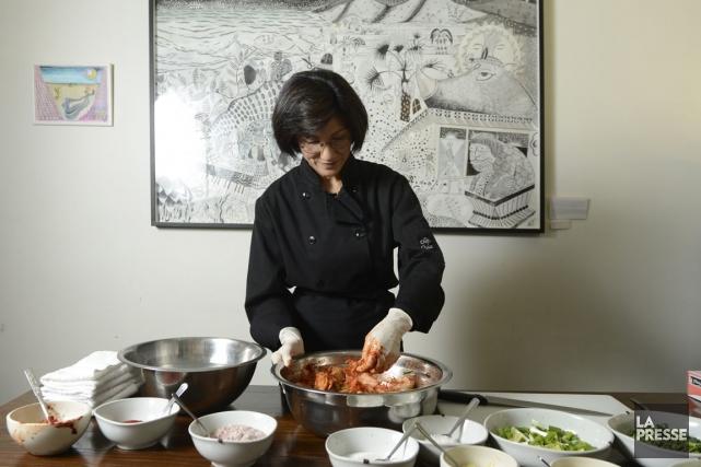 Mi Kyum Kim prépare une recette de kimchi... (Photo Bernard Brault, La Presse)