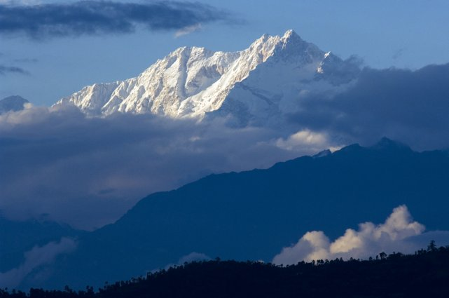 L'Everest, escaladé chaque année par des centaines d'alpinistes,... (Photo archives AFP)
