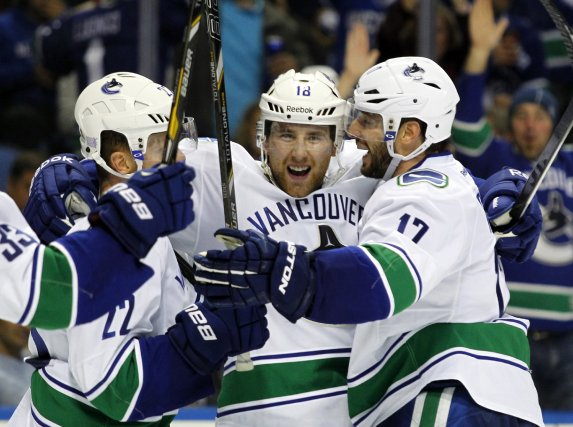 Le défenseur des Canucks, Ryan Stanton, célèbre son... (Photo Timothy T. Ludwig, USA Today Sports)
