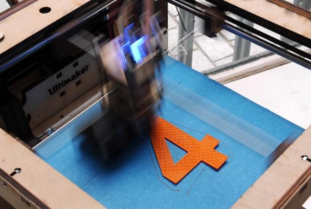 Une imprimante 3D en train de fabriquer un... (Photo Drederick Florin, AFP)
