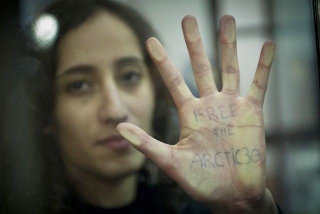 La militante néerlandaise Faiza Oulahsen fait partie des... (PHOTO DMITRI SHAROMOV, REUTERS/GREENPEACE)