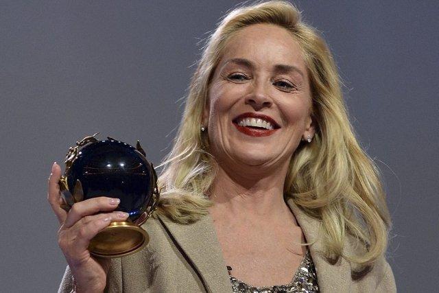 Sharon Stone reçoit le Peace Summit Award.... (Photo: AFP)