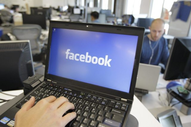 La consultation des profils Facebook comporte plus de... (PHOTO PAUL SAKUMA, ARCHIVES AP)