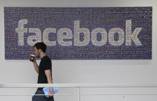 Le réseau social américain Facebook a dépassé pour la première fois jeudi la... (Photo Jeff Chiu, Archives AP)