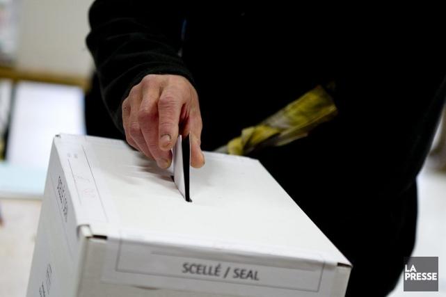 À Montréal, 42% des électeurs sont allés voter.... (PHOTO MARCO CAMPANOZZI, LA PRESSE)