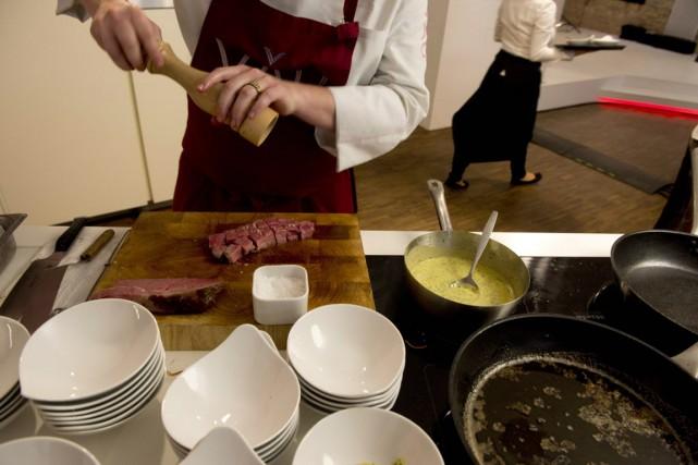 Un cuisinier prépare le boeuf lors du lancement... (Archives AFP)