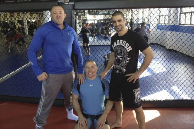 Georges St-Pierre (au centre), son mentor Kristof Midoux... (Photo d'archives)