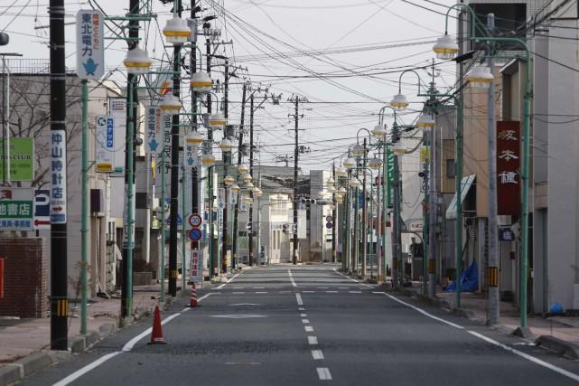 Une rue commerçante désertée de ses habitants, dans... (Photo d'archives Reuters)