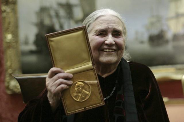 Doris Lessing avec son prix Nobel de littérature... (ARCHIVES, Agence France-Presse)