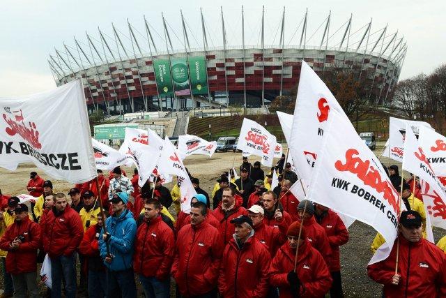 Des employés d'une usine de charbon manifestent, pendant... (PHOTO JANEK SKARZYNSKI, Agence France-Presse)