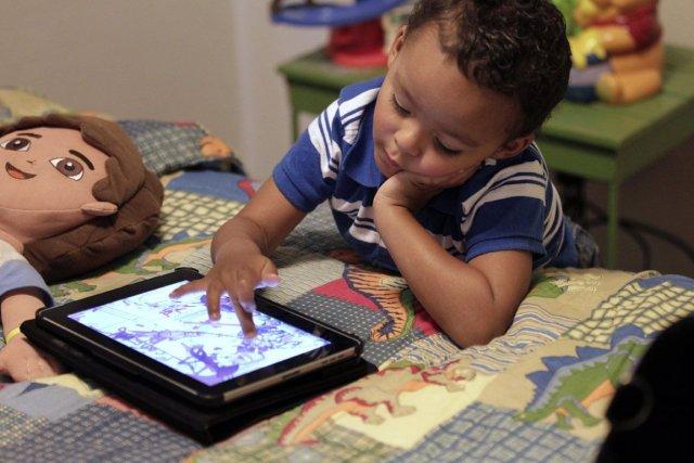 Les tablettes électroniques sont si faciles à utiliser que même un enfant de... (Photo Associated Press)
