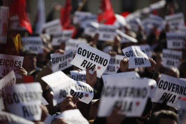 Aux cris de «gouvernement, démission!» et «y en... (PHOTO RAFAEL MARCHANTE, REUTERS)