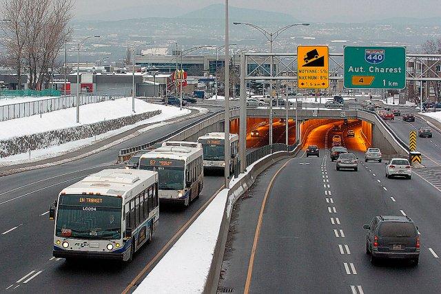 Les nouvelles voies réservées aux autobus sur l'autoroute... (Le Soleil, Jean-Marie Villeneuve)
