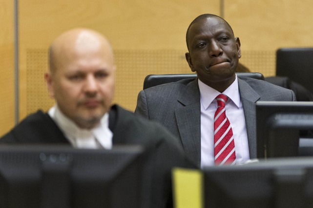 William Ruto (à droite), 49 ans, est poursuivi... (PHOTO MICHAEL KOOREN, ARCHIVES AFP)