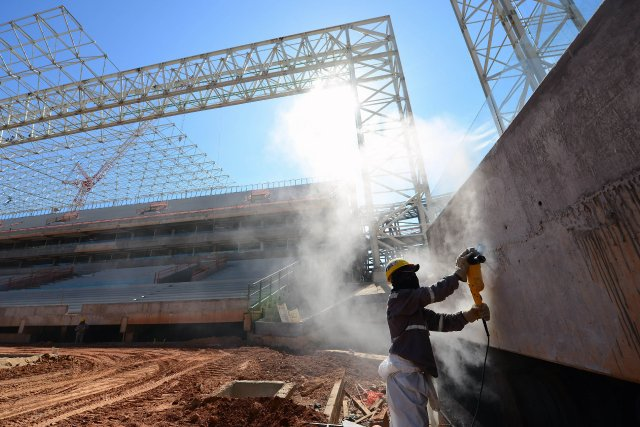 Un stade toujours en construction au Brésil sept... (Photo CHRISTOPHE SIMON, AFP)