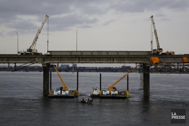 Lasuper poutre sur le pont Champlain... (Photo Simon Giroux, La Presse)