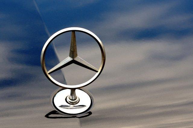 Le constructeur automobile allemand Mercedes (groupe Daimler) a annoncé lundi... (PHOTO PHILIPPE HUGUEN, AFP)