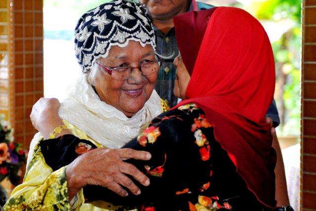 Siti Aishah Abdul Wahab (à droite), 69 ans,... (PHOTO MOHD RASFAN, AFP)