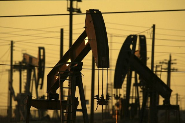 Les prix du pétrole ont terminé la séance en net recul lundi à New York,... (PHOTO ARCHIVES AFP)