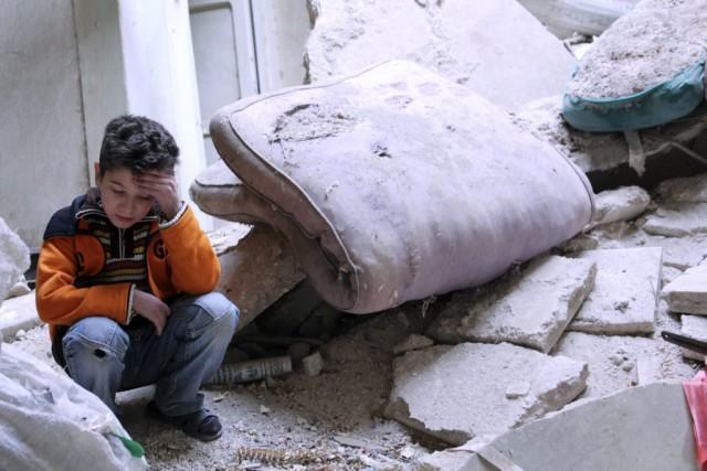 Un jeune homme syrien... (PHOTO MAHMOUD HEBDO, ARCHIVES REUTERS)