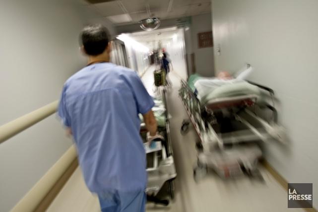 Les employés oeuvrant auprès des malades, comme les... (Photo Martin Chamberland, Archives La Presse)