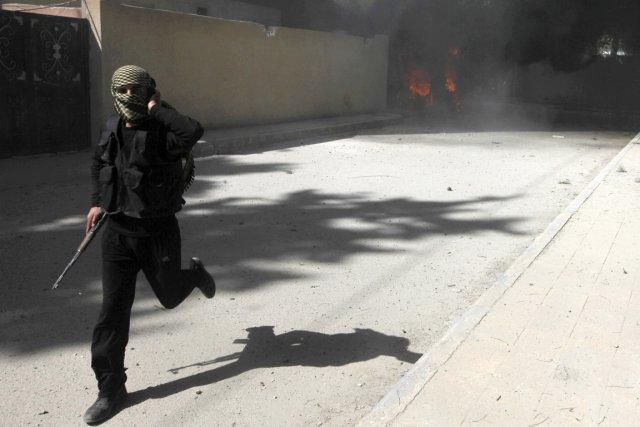 De nombreux Tunisiens ont rejoint les rangs des... (PHOTO HAMID KHATIB, ARCHIVES REUTERS)