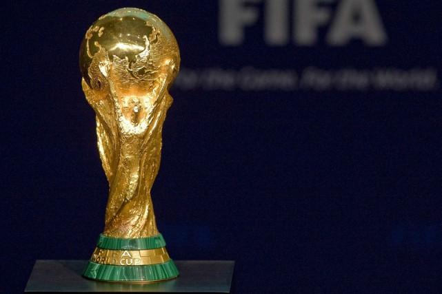 Le trophée de la Coupe du monde de... (Archives, Associated Press)