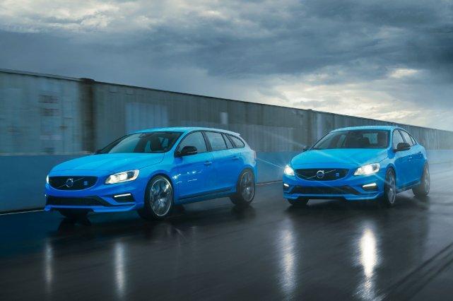 Les livrées Polestar de la V60 (à gauche)... (Photo fournie par Volvo)