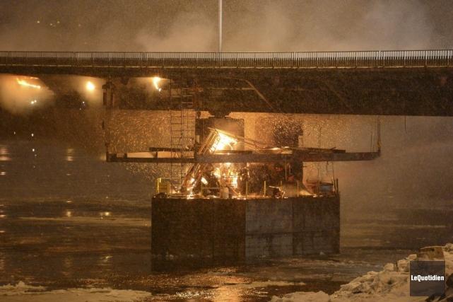 Feu sous le Pont Dubuc.... (Photo Jeannot Lévesque, Le Quotidien)
