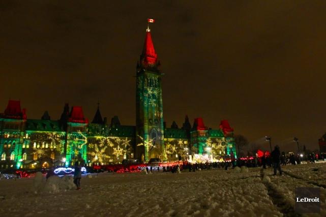 Le parlement canadien, illuminé pour le temps des... (Photo Patrick Woodbury, Le Droit)