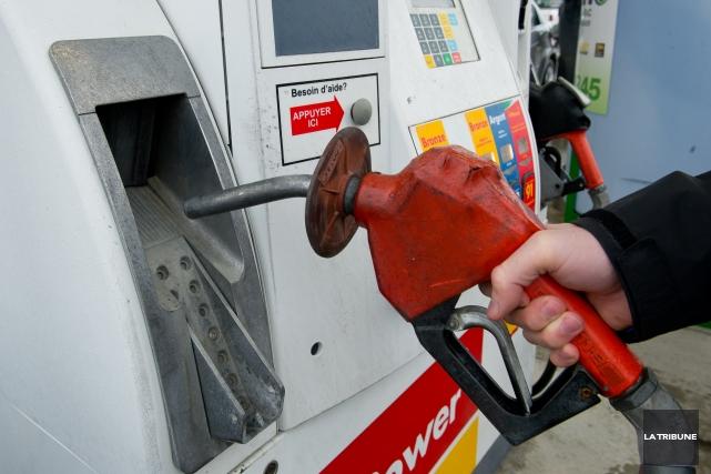 Encore une fois, le prix de l'essence est plus élevé dans la région... (Archives La Tribune, Jessica Garneau)