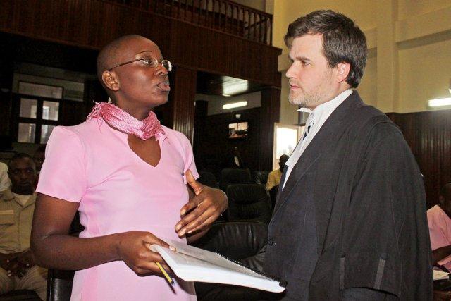 Victoire Ingabire s'entretient avec son avocat britanniqueIain Edwards,... (<a class=