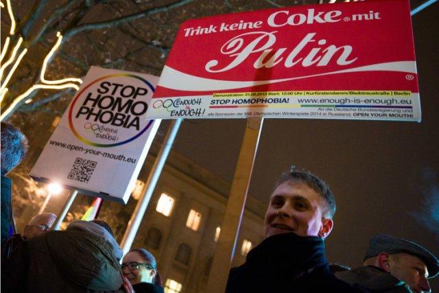 Un rassemblement s'est tenu jeudi devant l'ambassade de... (Photo: Reuters)