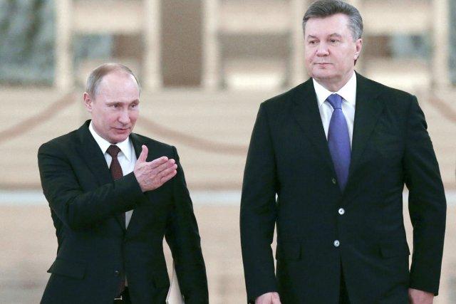 Le président ukrainien Viktor Ianoukovitch (à droite) et... (PHOTO SERGEI KARPUKHIN, AFP)