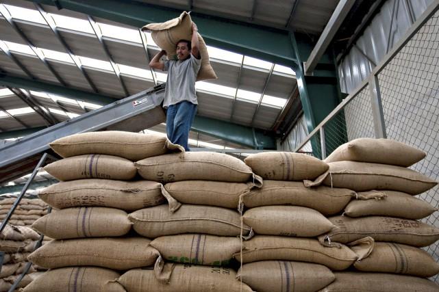 Un travailleur mexicain transporte un sac de grains... (Photo Susana Gonzalez, archives Bloomberg)
