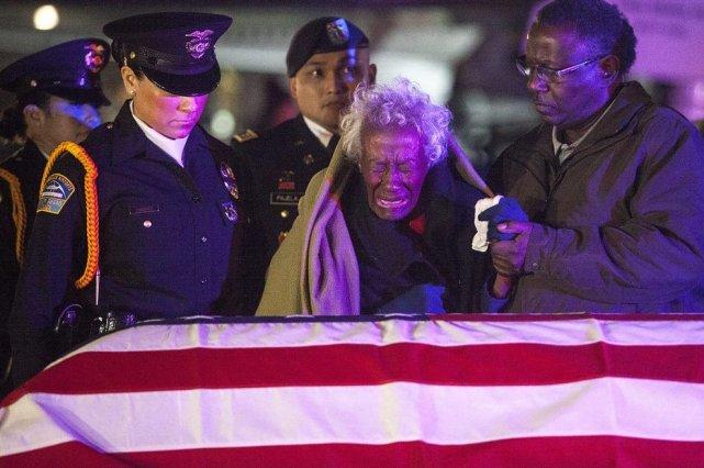 Clara Gantt, âgée de 94 ans, s'est levée... (Photo Andrew Renneisen/Los Angeles Times/Reuters)