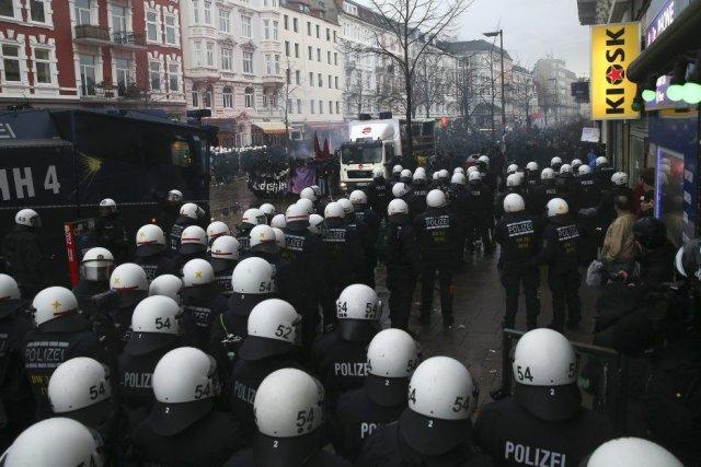 Certains manifestants auraient commencé à lancer des objets... (Photo Axel Heimken, AP)
