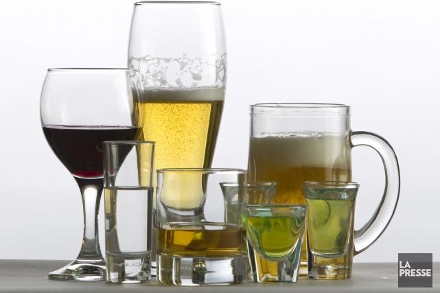 Les hommes qui boivent régulièrement trop d'alcool à l'âge adulte s'exposent à... (PHOTO ALAIN ROBERGE, ARCHIVES LA PRESSE)