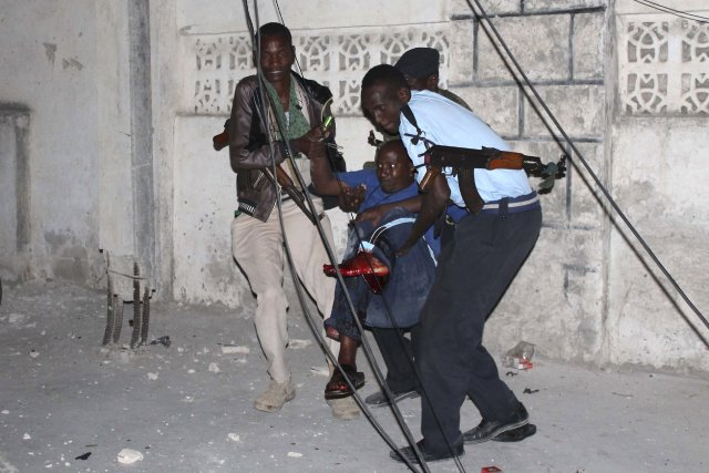 Des policiers s'occupent d'un blessé après l'explosion survenuedevant... (Photo Feisal Omar, Reuters)
