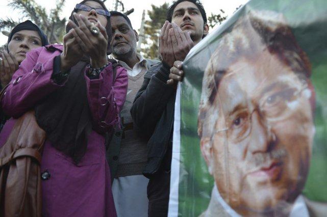 Des supporteurs prient pour l'ex-président paskistanais Pervez Musharraf.... (PHOTO FAROOQ NAEEM, AFP)