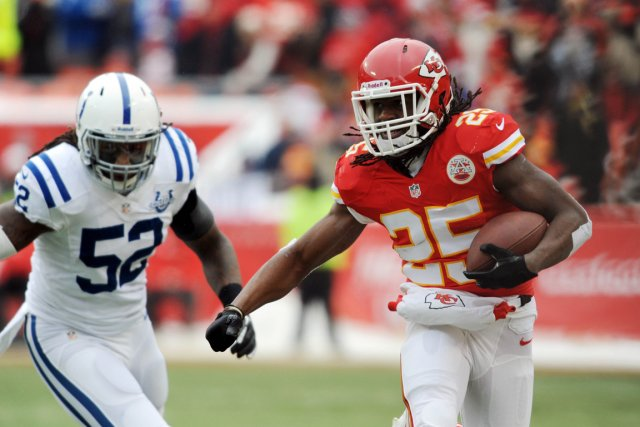 Jamal Charles des Chiefs (25) contre Kelvin Sheppard... (Photo Denny Medley, USA TODAY Sports)