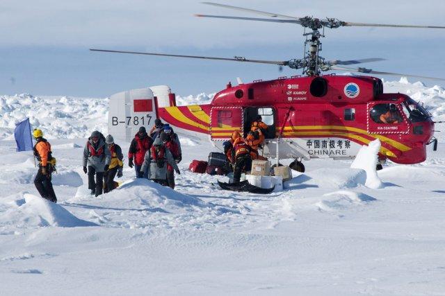 L'hélicoptère des secours australiens a récupéré douze passagers... (PHOTO AP)