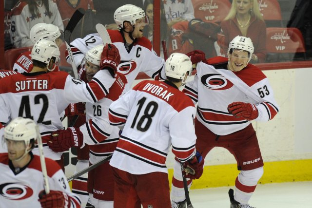 Les Hurricanes célèbrent le but de Jeff Skinner.... (Photo Nick Wass, AP)