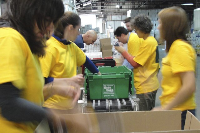 Un groupe d'employés passe la journée à Moisson... (Photo fournie par la Financière Sun Life)